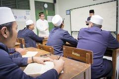 JAKARTA INDONESIEN - AUGUSTI 26, 2016: Muslimska studenter Arkivbild