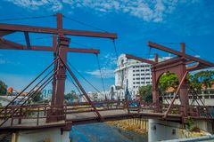JAKARTA INDONESIEN - MAJ 06, 2017: Charmig bortgång för vattenkanal till och med Jakarta som ses med den främsta träbron Royaltyfri Bild