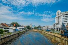 JAKARTA INDONESIEN - MAJ 06, 2017: Charmig bortgång för vattenkanal till och med Jakarta som ses från bron, uppehållbyggnader Royaltyfria Foton