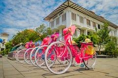 JAKARTA INDONESIEN - MAJ 06, 2017: Raden av rosa färger cyklar med att matcha hattar parkerade framme av Jakarta historiemuseum p Royaltyfri Foto