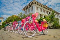 JAKARTA INDONESIEN - MAJ 06, 2017: Raden av rosa färger cyklar med att matcha hattar parkerade framme av Jakarta historiemuseum p Royaltyfria Bilder