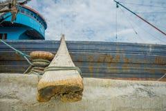 JAKARTA INDONESIEN - MAJ 06, 2017: Stäng sig upp sikt av en enorm stam i portområde av Jakarta, fiskebåtar som ligger på hamnen Arkivbild