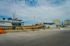 JAKARTA INDONESIEN MAY 06, 2017: Traditionella fiskebåtar som ligger på hamnen på en härlig solig dag Royaltyfria Foton