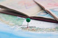 Jakarta, Java, Indonésia, GreenPin e passaporte, close-up do mapa Fotos de Stock