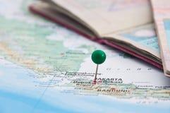 Jakarta, Java, Indonésia, GreenPin e passaporte, close-up do mapa Imagem de Stock Royalty Free