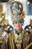 JAKARTA - September 5, 2018: stående av den stiliga pojken i South East Asia den traditionella ceremoniella dräkten med guld- och arkivbild