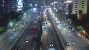 Jakarta som är tollway på natten med flyttningmedel stock video