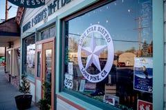 Jakes Dziki Zachodni bar w historycznej wiosce Samotna sosna MARZEC 29, 2019 - SAMOTNY SOSNOWY CA, usa - obraz royalty free