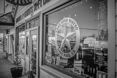 Jakes Dziki Zachodni bar w historycznej wiosce Samotna sosna MARZEC 29, 2019 - SAMOTNY SOSNOWY CA, usa - fotografia royalty free