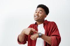 Jaki czas jest mną Portret młody atrakcyjny ciemnoskóry mężczyzna z ciemną afro fryzurą w białej czerwieni koszula i koszulce zdjęcia stock