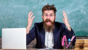 Jaki głupia myśl Mężczyzna brodaty nauczyciel zastanawia się wyrażenie siedzi sala lekcyjnej chalkboard tło Niemiły cud obrazy royalty free
