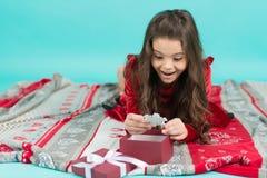 Jaki wielka niespodzianka Dzieciak cieszy się Bożenarodzeniowego wakacje Śliczna małe dziecko dziewczyna z Bożenarodzeniową teraź zdjęcie stock