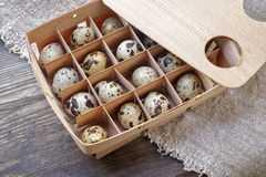 jako wiele tło jajka przepiórka Drewniany kocowania pudełko Stół zakrywający z rou Zdjęcia Royalty Free