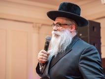 Jakov Dov Blajch, el principal rabino de Kiev y de Ucrania, guardando discurso durante la prensa-conferencia Odessa En mayo de 20 foto de archivo