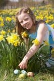 jakt för flicka för fält för påskliljaeaster ägg royaltyfria bilder