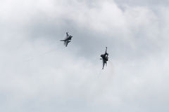 Jaktflygplan två F16 över moln royaltyfria foton