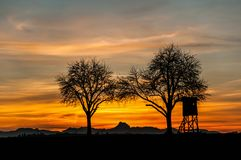 Jaktloge på solnedgången royaltyfria bilder