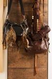 Jakttrofé- och utrustninghängning på väggen Jakt av morkullan Royaltyfri Bild