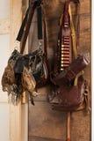 Jakttrofé- och utrustninghängning på väggen Jakt av morkullan Royaltyfria Bilder