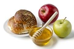 Jalá redondo, manzanas y un cuenco de miel Foto de archivo libre de regalías