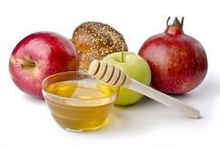 Jalá redondo, manzanas y un cuenco de miel Fotografía de archivo