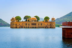 Jal玛哈尔(水宫殿)被修造了在18世纪期间在人Sager湖,斋浦尔,拉贾斯坦,印度中间 库存照片