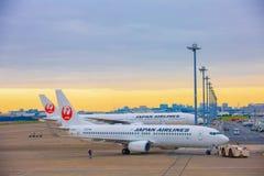 东京,日本- 2018年11月26日 日本航空或JAL飞机在羽田国际机场 早晨 库存图片