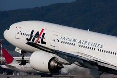 JAL Boeing 767 am Itami-FLUGHAFEN Lizenzfreie Stockfotos