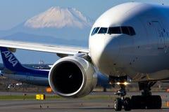 JAL Boeing 777 no AEROPORTO internacional de Tokyo Foto de Stock Royalty Free