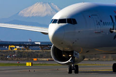 JAL Boeing 777 no AEROPORTO internacional de Tokyo imagem de stock