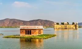 Jal Mahal или дворец воды на озере Sagar человека в Джайпуре - Раджастхане, Индии Стоковое Изображение