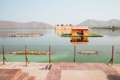 Jal Mahal con el hombre Sagar Lake en Jaipur, la India Imagen de archivo libre de regalías