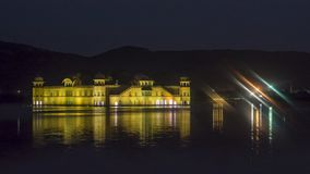 Jal Mahal At Jaipur amid Meerwater - Nachtweergeven royalty-vrije stock foto's