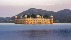 Jal Mahal At jaipur under sjövatten och bergbakgrunden Rätsida royaltyfria bilder