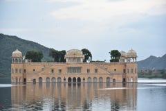 Jal Mahal, озеро Sagar человека, Джайпур, Раджастхан стоковые изображения