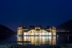 Jal Mahal Water Palace i Jaipur på aftonblåtttimmen med reflexion royaltyfri fotografi
