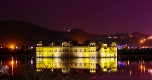 Jal Mahal Water Palace a placé au milieu de l'homme Sagar Photo stock