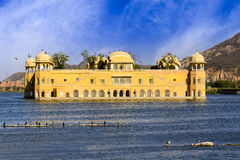 Jal Mahal Water Palace a placé au milieu de l'homme Sagar Photographie stock libre de droits