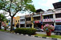 Jalan Padungan食物和纪念品市场义卖市场街道古晋沙捞越马来西亚 免版税库存图片