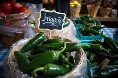 Jalapeños bij de Landbouwersmarkt Stock Afbeeldingen