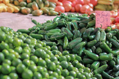 Jalapeños del peperoncino rosso ad un mercato degli agricoltori Fotografia Stock Libera da Diritti