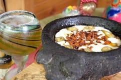 Jalapeno y chorizo derretidos del queso en molcajete Imagen de archivo
