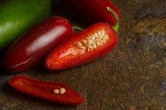 Jalapenos rojos y verdes Fotos de archivo