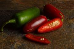 Jalapenos rojos y verdes Imagenes de archivo