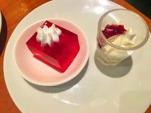 Jalea deliciosa de la fresa con el postre poner crema azotado en plato imagenes de archivo