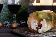 Jalea rusa tradicional del pollo a la tabla del ` s del Año Nuevo Imágenes de archivo libres de regalías