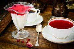 Jalea sabrosa dulce de la granada con té Fotografía de archivo libre de regalías