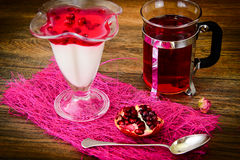 Jalea sabrosa dulce de la granada con té Fotografía de archivo