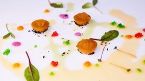 Jalea vegetal con el caviar del lucio que se viste con las hojas de la salsa y del verde Foto de archivo