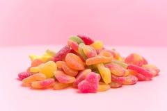 Jaleas azucaradas aisladas en un rosa imagenes de archivo